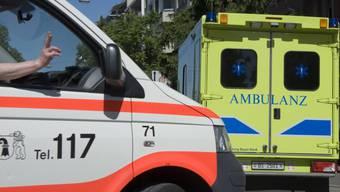 Der verletze Töfffahrer wurde von der Sanität in ein Spital gefahren. (Symbolbild)
