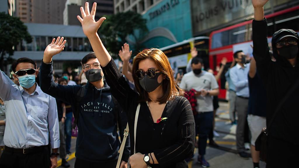 Hongkonger demonstrieren gegen Polizei