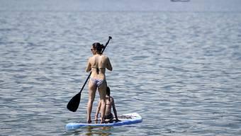 Stand Up Paddling wird in der Schweiz immer beliebter. So sind beispielsweise auf dem Neuenburgersee Paddler anzutreffen. (Archivbild)