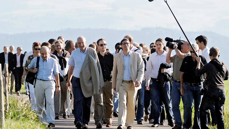 Er hats erfunden: Bundesrat Couchepin spaziert mit Medienleuten in Zimmerwald