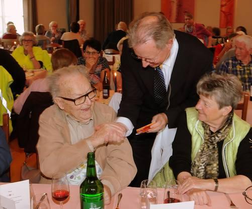 Gemeindepräsident Kuno Bieri gratuliert Johann Misteli, dem mit 101 Jahren ältesten Derendinger.