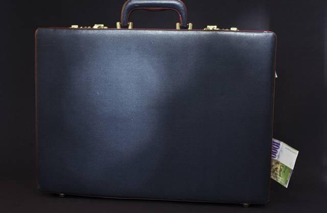 Koffer mit einer 1000er-Note - Die SP will eine weitere Aufweichung des Bankgeheimnisses (Symbolbild)
