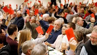 Wie nah sind die Parteien beim Volk? Im Bild die SVP Aargau bei einer Parolenfassung. Archiv