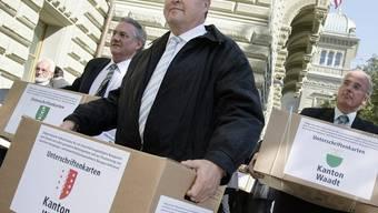 Mitglieder des Initiativkomitees tragen die Unterschriften in die Bundeskanzlei (Symbolbild)