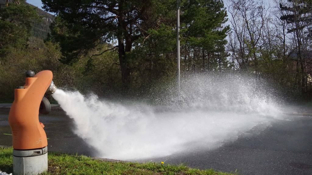 Nach der Kollision mit dem Hydranten sprudelte Wasser über die Felsenaustrasse.