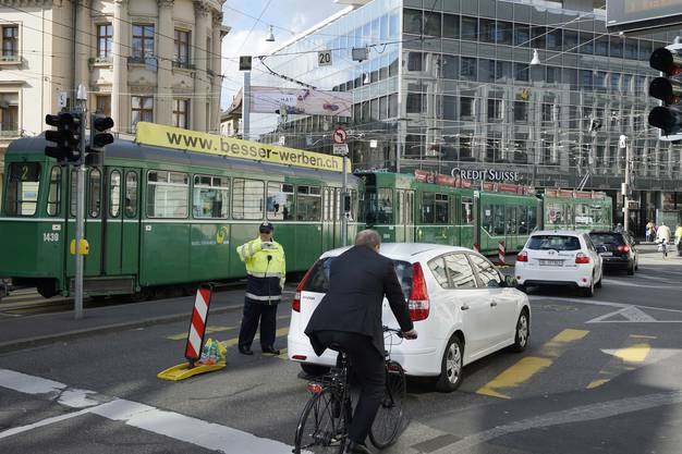 Auf dem Bankverein in Basel teilen sich Autos, Trams und Velos die Strasse.