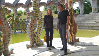 Isabelle Cart und Eric Maier vor einer Skulptur im Bruno-Weber-Park. DM
