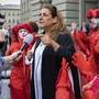 Die Zürcher SP-Nationalrätin Jacqueline Badran gibt umringt von Klimaaktivisten ein dieses Mal autorisiertes Interview während der Aktionswoche Rise up for Change auf dem Bundesplatz, am Dienstag, 22. September 2020, in Bern.