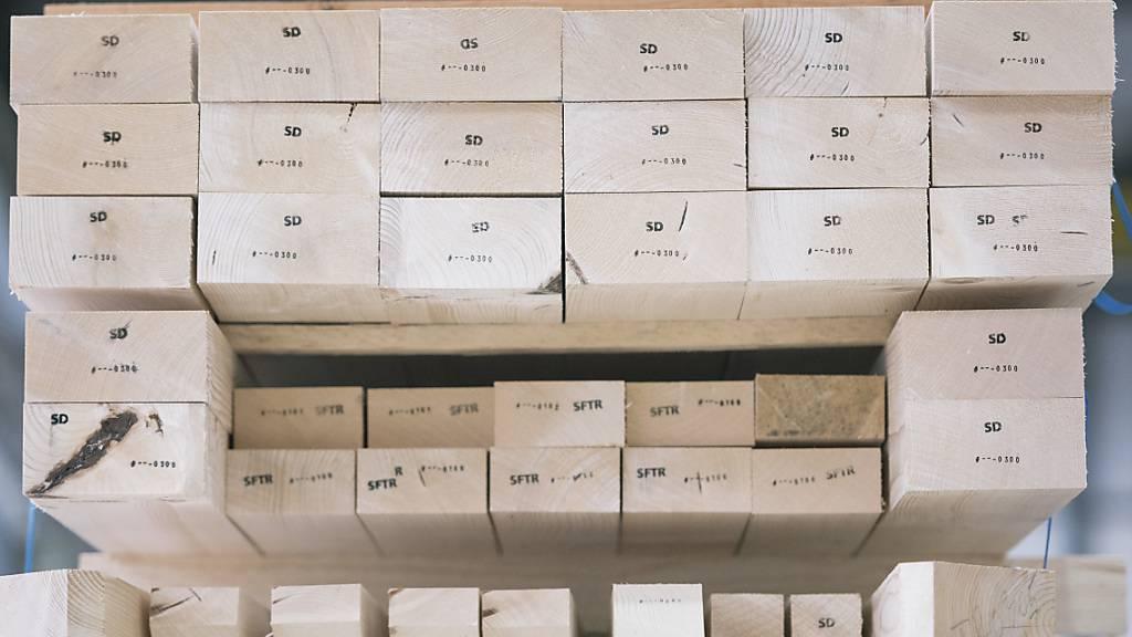 Mehr Lohn für die Angestellten in Holzbau- und Textilbranche