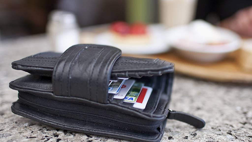 Je nachdem, welche  Kreditikarte im Portemonnaie steckt, lassen sich mehrere hundert Franken jährlich einsparen. (Archivbild)