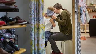 Alleinerziehende und ihre Kinder sind besonders oft auf Sozialhilfe angewiesen. (Symbolbild)
