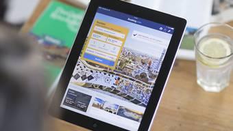Bestellen via Internet ist auf dem Vormarsch: Bereits bestellen drei von vier Schweizerinnen und Schweizer mindestens einmal jährlich in einem Online-Geschäft. (Symbolbild)