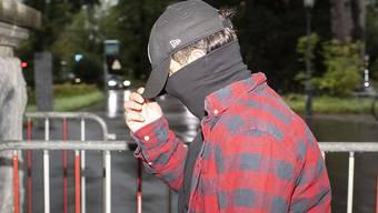 Einer der zehn Sympathisanten der mittlerweile geschlossenen An'Nur-Moschee in Winterthur bei seiner Ankunft vor dem Bezirksgericht Winterthur. Ihnen wird vorgeworfen, im November 2016 zwei Gläubige eingesperrt und verprügelt zu haben.