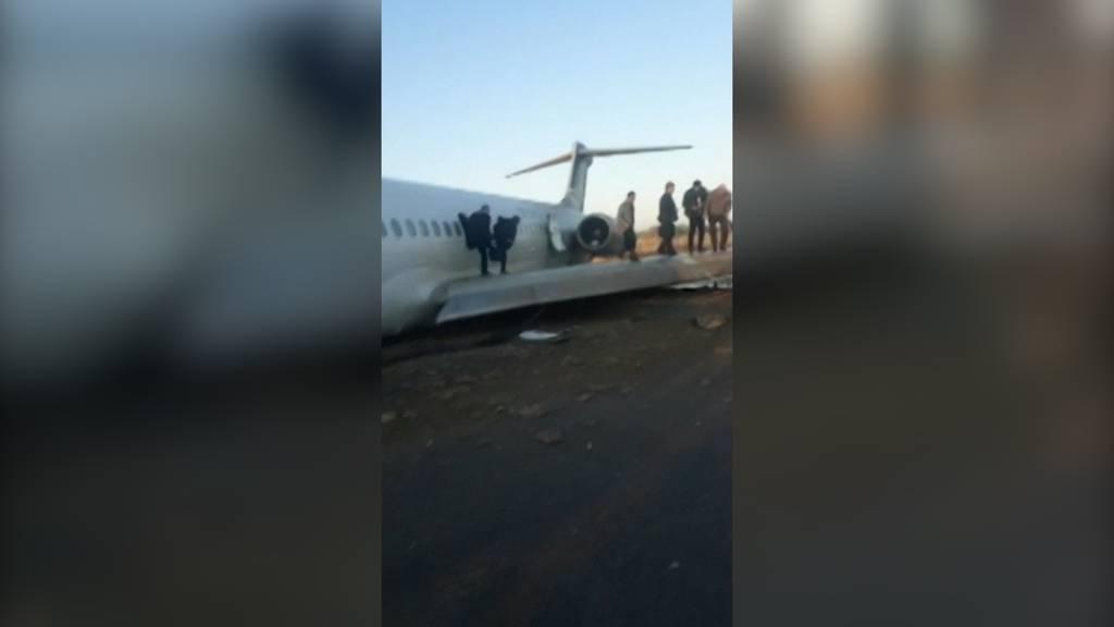 Flugzeug rutscht im Iran auf Autobahn
