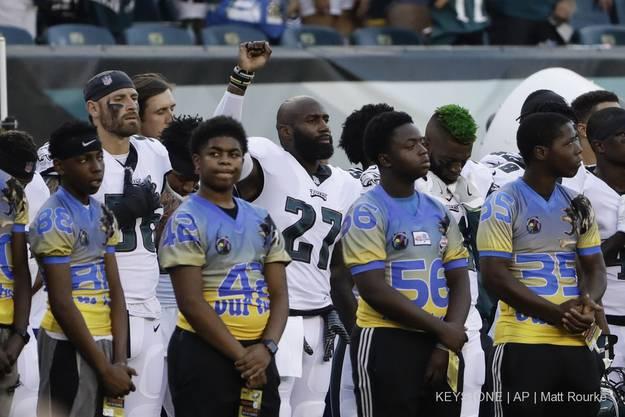 Malcolm Jenkins von den Philadelphia Eagles streckt die Faust während des Nationalhymne als Zeichen des Protests in die Luft.