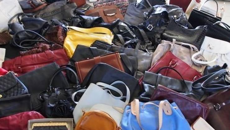 Eine Auswahl der über 3000 gesammelten Taschen. zvg