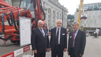 Hauptaktionär Pierre Rothpletz (Mitte, Vertreter der 3. Generation) mit Verwaltungsratspräsident Richard Meyer (l.) und Werner Kradolfer, dem Vorsitzenden der Geschäftsleitung, vor dem KUK, wo bis Samstag Maschinen stehen.