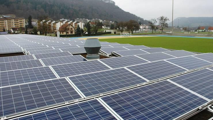 Die Stadt stellt die Flächen – hier das Dach der Garderobe 1 im Stadion Au – zur Verfügung, die IBB sorgt für die Finanzierung und den Unterhalt der Photovoltaikanlage und speist die Energie in ihr Stromnetz ein. mhu