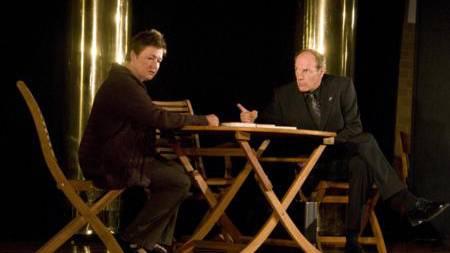"""Es war keine leichte Kost, die das Theater 58 auftischte. Fünf Schauspieler zeichneten in Dietikon mit Henrik Ibsens """"Gespenster"""" ein beklemmendes Gesellschaftsbild. Heuchelei, Verstellung, Bigotterie, Machtmissbrauch und Manipulation zerstören eine Familie und die Gespenster der Vergangenheit lassen die Menschen auch Jahre später nicht zur Ruhe kommen."""
