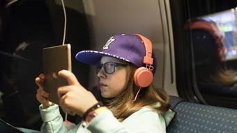 Minderjährige sind in der Schweiz ungenügend vor Gewalt oder Pornografie geschützt. Der Bundesrat schlägt neue Regeln für Filme und Games vor. (Themenbild)