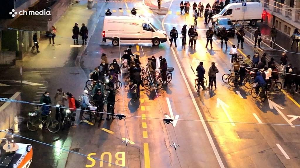 Velodemonstranten in Bern von Polizei gestoppt