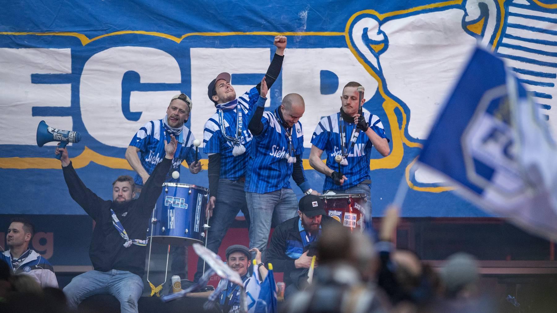 Fans des FC Luzern feiern den Sieg nach dem Cup Finalspiel in Luzern anlaesslich des Schweizer Cup Finals zwischen dem FC Luzern und dem FC St. Gallen, am Montag, 24. Mai 2021.