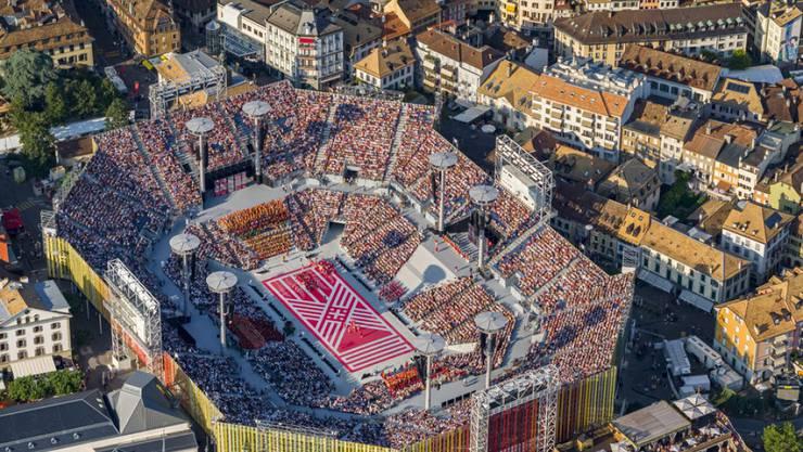 Das gigantische Stadion wurde eigens für das Fest aufgebaut und bietet Platz für 20'000 Zuschauer.