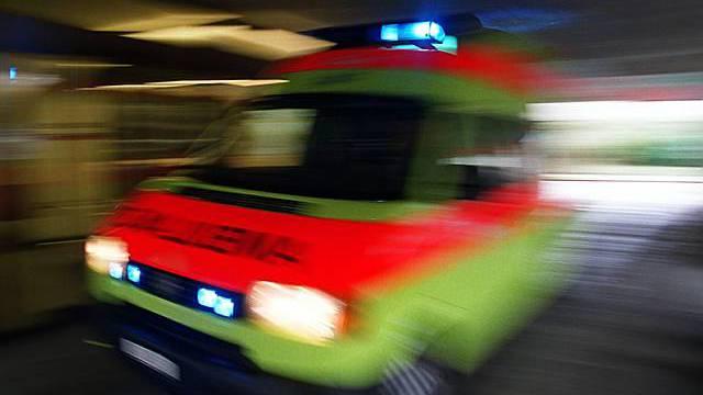 Der Krankenwagen kam mit Blaulicht (Symbolbild)
