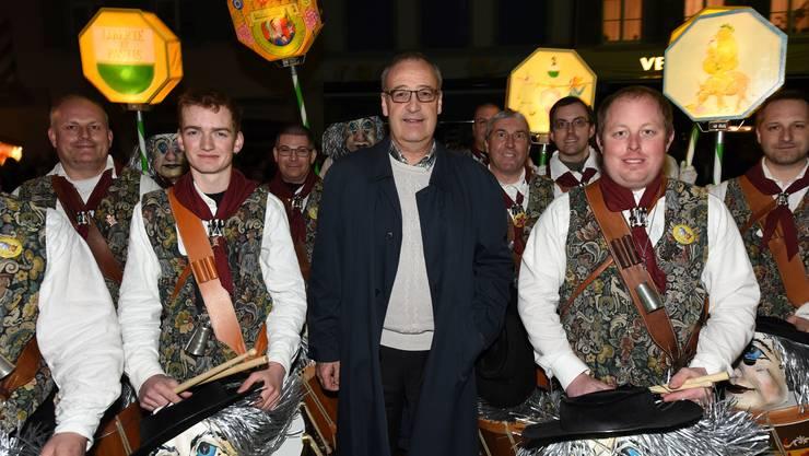 Verteidigungsminister Guy Parmelin wird am Chienbäse 2017 in Liestal von den D'Vaudois Basiliensis begrüsst.