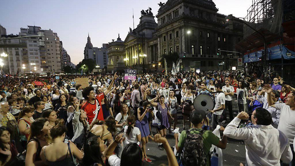 Bei der Demonstration in Buenos Aires erklangen auch Gesänge für die frühere Präsidentin Cristina Fernandez, die nicht mehr antreten durfte.