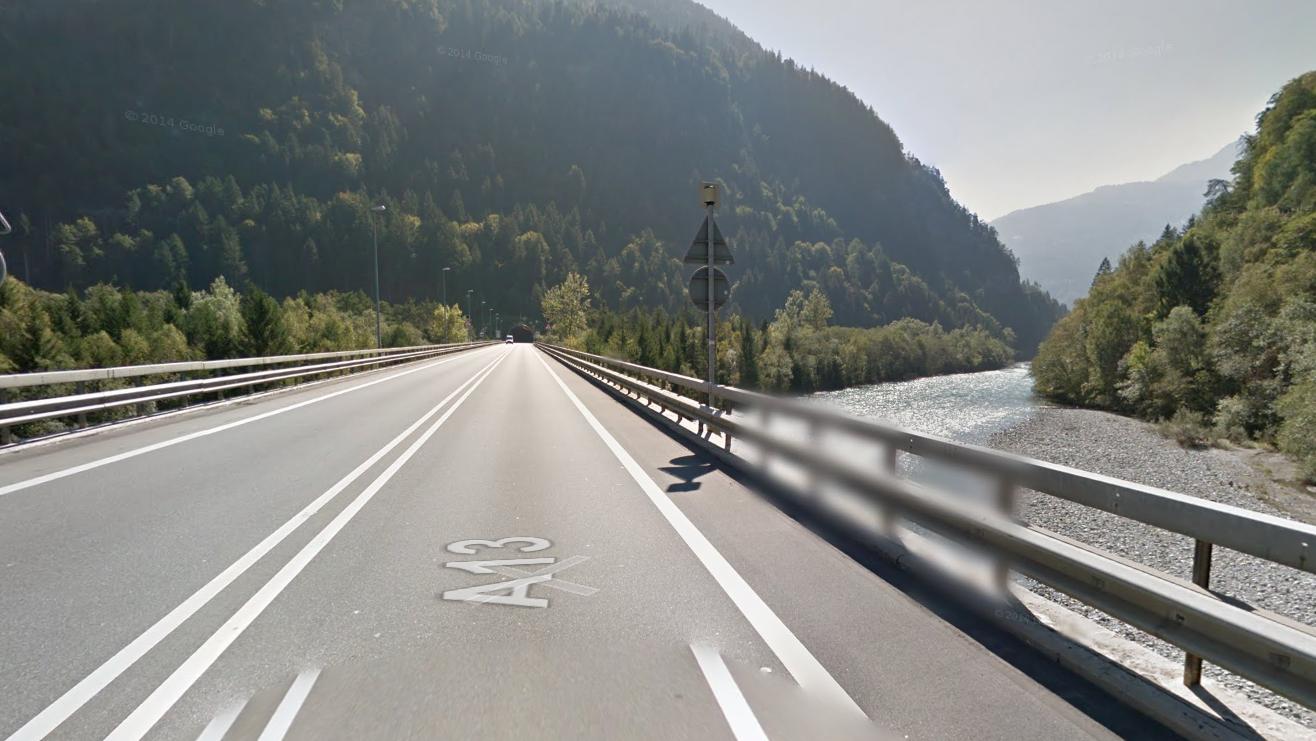 Der Unfall ereignete sich auf der A13 zwischen Tamins und Rothenbrunnen.