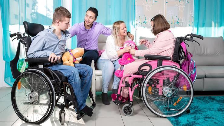 Marko (17) und Valeria (12) haben beide die seltene und unheilbare Krankheit Niemann Pick C. Rund um die Uhr werden sie von ihrer Mutter Milijana Petric und Partner Muhamed Al-Abdah betreut.