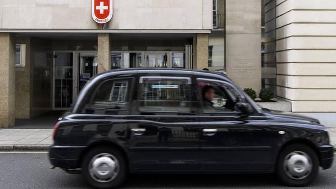 Schweizer Bürgerinnen und Bürger, die in Grossbritannien arbeiten, sollen auch im Falle eines ungeordneten Brexit bevorzugt behandelt werden. Gleiches soll für britische Arbeitnehmende in der Schweiz gelten. (Archivbild)