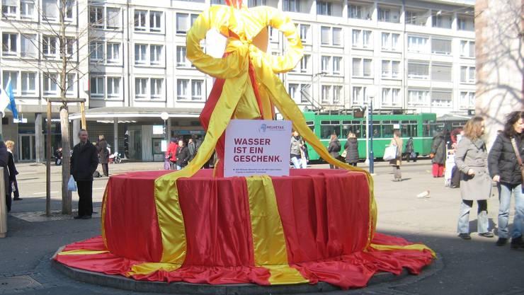 Der schön verpackte Brunnen auf dem Claraplatz wird am Weltwassertag ausgepackt.