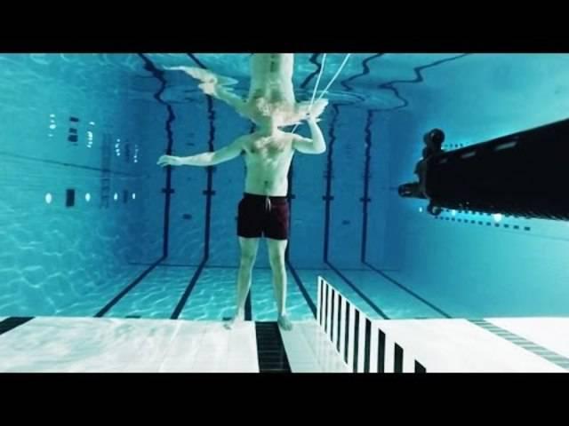 Der Schuss unter Wasser: Die eng beieinander liegenden Wassermoleküle verhindern, dass sich die Kugel so schnell bewegen kann wie in der Luft.