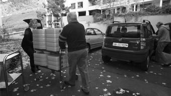 Mitarbeiter des Mahlzeitendiensts Wettingen liefern die bestellten Menüs den Senioren nach Hause. zvg
