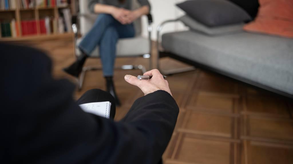 Mehr Menschen nehmen eine psychologische Beratung in Anspruch. (Symbolbild)