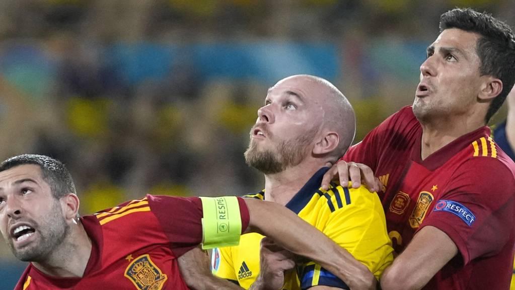 Harter Kampf: der Schwede Marcus Danielson (Mitte) gegen die Spanier Jordi Alba (links) und Rodri.