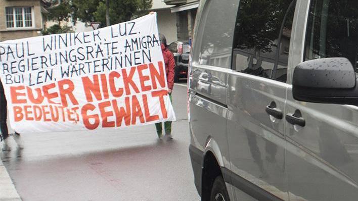 Mehrere Demonstranten hatten eine Ausschaffung lautstark kritisiert. (Archivbild)