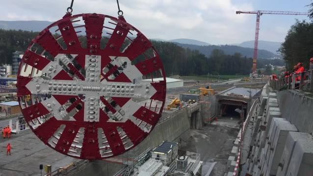 Eindrückliches Bild der Bauarbeiten: Der Tonnen-Bohrkopf wird an der Tunnelbohrmaschine montiert.