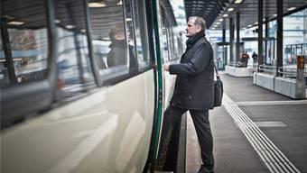 Der Aargauer Verkehrsdirektor Stephan Attiger, hier beim Einsteigen am Bahnhof Aarau, will sich beim Bund für gute Bahnverbindungen einsetzen.