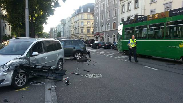 Das Tram konnte nicht merh bremsen und knallte in das Auto.