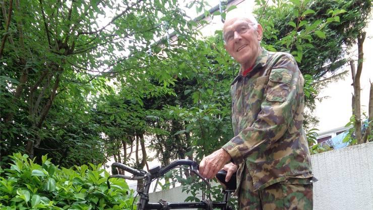 Der 80-jährige Pius Zimmermann und sein wesentlich jüngeres Militärrad mit Jahrgang 1988.