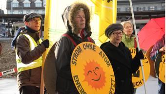 Mahnwache vor dem Ensi-Sitz: Mit Fahnen, Plakaten und Transparenten versammeln sich die Atomkraftgegner jeweils an vier Abenden pro Woche an der Industriestrasse in Brugg.