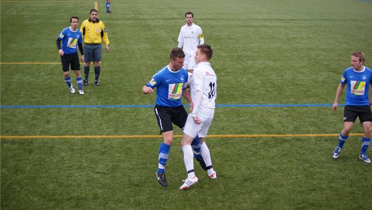 Torschützen unter sich: Oetwil-Geroldswils Astrit Krivaca (in Blau) im Zweikampf mit Birmensdorfs Bruno Da Costa (hinten Volker Merz).bier