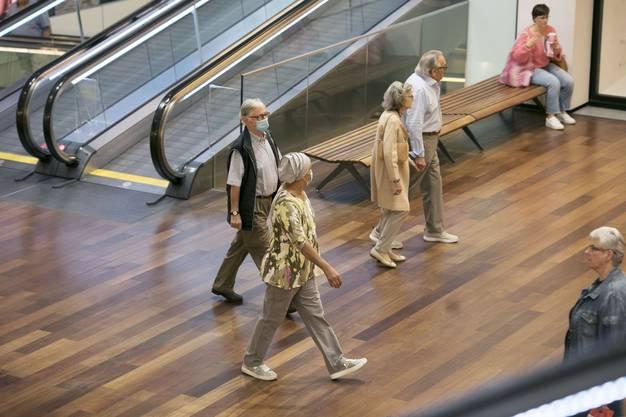 Viele Besucherinnen und Besucher strömten in das Center, darunter auch viele mit Masken.