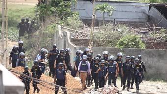 Mitglieder einer Spezialeinheit, die am Montag in Bangladesch einen Anti-Terror-Einsatz durchführten. Ein Verdächtiger wurde getötet, drei weitere Personen wurden festgenommen.
