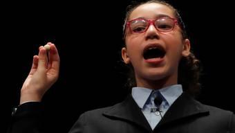 Die Schülerin Noura Akrouh singt die Gewinnnummer der spanischen Lotterie: Der Hauptgewinn beläuft sich auf vier Millionen Franken und wird 170 Mal ausbezahlt. EPA Fotograf: J.J. GUILLEN