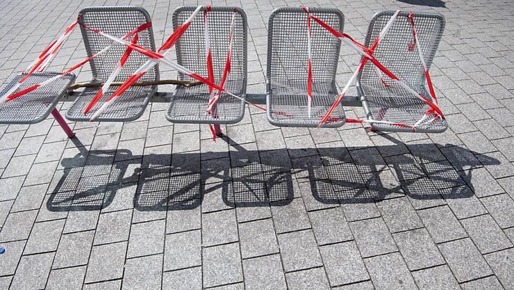 ARCHIV - Auf diesen Sitzen in Stuttgart kann keiner Platz nehmen. Foto: Marijan Murat/dpa