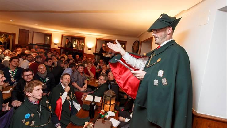 Narrenzunft-Ober Samuel Hofer begrüsst die Narrenschar in der Hilari-Hochburg «Zum Alten Stephan».